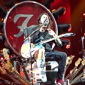 Grohl Onstage Foo Fighters 2015